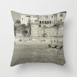 Le saut Estoril Throw Pillow