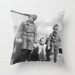 Die Geschwister Throw Pillow
