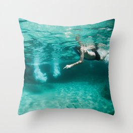 Jeux sous marins / Underwater games Throw Pillow