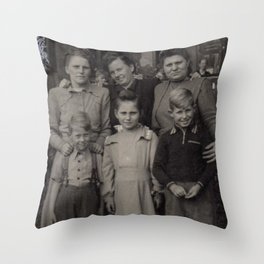 Die Familie Throw Pillow